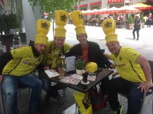 BVB-Fans und ein hilfloser Reporter mit schicken Mützen