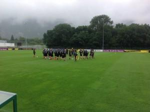 Sebastian Kehl richtet nach dem Training ein paar Worte an seine Mitspieler.