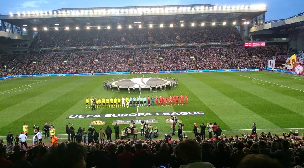 Einmarsch von BVB und Liverpool in Anfield